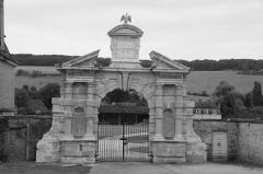 Château de Commarin - English: Château de Commarin, gate