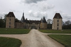 Château de Commarin -  The path leading to the courtyard: Left wing XVII, the building from the bottom and the right wing date from the eighteenth century. The two square towers replace two round towers of the medieval walls, while the two lions mark the location of the door moved to the entrance of the commons.