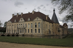 Château de Commarin -  The moats, the building from the 18th century , the tower where is the chapel, the Small-Husee, the stables.