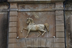 Château de Commarin - English:  The horse in low relief on the frontispiece of the door of the stables.