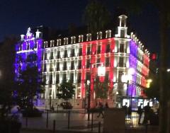 Hôtel de la Cloche - Français:   Grand-Hotel-La-Cloche-Dijon-Hommage-Drapeau-Tricolore
