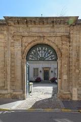 Ancien Hôtel de l'Académie de Dijon ou hôtel Despringles -  Porche de l'hôtel Despringles, ou Hôtel de l'Académie de Dijon, 2 rue Crébillon, à Dijon (côte d'Or, France).