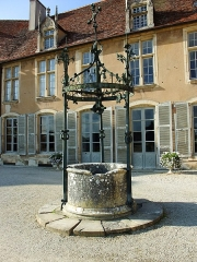 Château - English: Fountain of Château d'Époisses in Burgundy, France