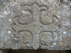 Chapelle de Fixey - Eglise du hameau de Fixey, près de Fixin, Bourgogne, France. Croix gravée sur le linteau d'une porte de l'église.