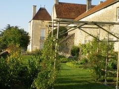 Château - Français:   Jardin médiéval du côté est du château de Frôlois.