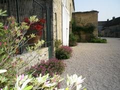 Château - Français:   Cour nord du château de Frôlois.