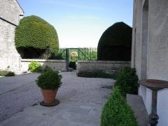 Château - Français:   Cour nord portail de la terrasse est.