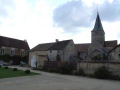 Château - Français:   Cours nord du château de Frôlois.