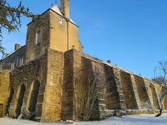 Château - Français:   Contrefort des remparts est du château de Frôlois sous la neige.