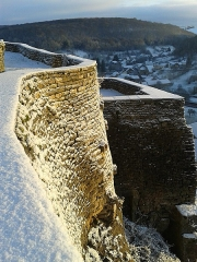 Château - Français:   Remparts est du château de Frôlois sous la neige.