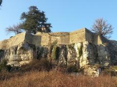 Château - Français:   Remparts du pignon est du château de Frôlois.