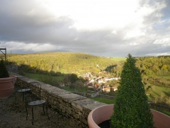 Château - Français:   Terrasse est du château de Frôlois, vue sur le vallon, village de Frôlois le bas.