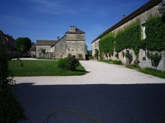 Château - Français:   Cour nord du château de Frôlois, vue sur le pigeonnier.