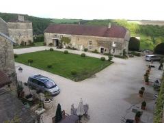 Château - Français:   vue sur la cour nord du château de Frôlois depuis les fondations de l\'ancien donjon.