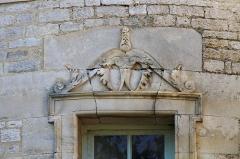 Château - English:   Fronton d\'une fenêtre de la tour Joyeuse du château de Jours-les-Baigneux