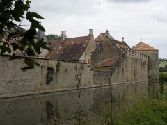 Château -  Marigny-le-Cahouët, Bourgogne, Côte-d'Or. Le château de Marigny-le-Cahouët, vue côté Ouest. Les douves sont alimentées par une branche de la Lochère, un affluent de la Brenne elle-même affluent de l'Armançon.