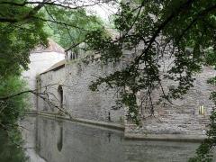 Château -  Marigny-le-Cahouët, Bourgogne, Côte-d'Or. Le château de Marigny-le-Cahouët, vue côté nord. Les douves sont alimentées par une branche de la Lochère, un affluent de la Brenne elle-même affluent de l'Armançon.