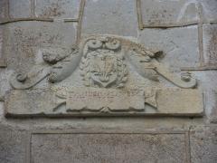 Château -  Marigny-le-Cahouët, Bourgogne, Côte-d'Or, Le château de Marigny-le-Cahouët: inscription du fronton de la porterie