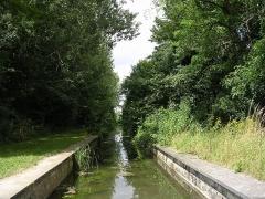 Pont-aqueduc des Arvaux sur la Varaude -  La rivière Sansfond (ou Sans-Fond, Cent-Fonts) canalisée au-dessus du pont des Arvaux par les moines cisterciens, commune de Noiron-sous-Gevrey Côte-d'Or. Elle se jette dans la Vouge au niveau de l'abbaye de Cîteaux, sur le territoire de saint-Nicolas-lès-Cîteaux.