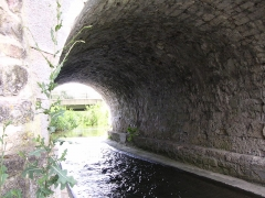Pont-aqueduc des Arvaux sur la Varaude -  Une arche du pont-aqueduc des Arvaux (commune de Noiron-sous-Gevrey Côte-d'Or créé par les moines cisterciens de l'abbaye de Cîteaux. La Varaude coule sous l'arche présentée sur la photo