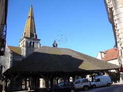 Halle aux grains -  Nolay (Côte d'Or, Fr) Halles and church tower
