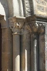 Eglise Saint-Georges - Deutsch: Katholische Pfarrkirche Notre-Dame-de-la-Nativité, früher Saint-Georges, in La Rochepot im Département Côte-d'Or (Bourgogne-Franche-Comté/Frankreich), Säulen am Portal
