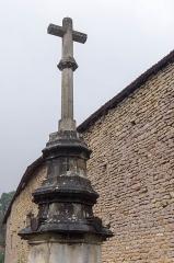 Croix - English: Cross next to the church of Sainte-Colombe-en-Auxois, France. Monument historique.