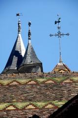 Eglise - Deutsch: St.-Jean-Baptiste, Turmhelme über Langhausdach
