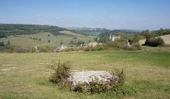 Dolmen dit La Pierre qui vire -  La Rochepot (Côte-d'Or, Bourgogne, France). Pierre-qui-vire et le village en contrebas, avec église Saint-Georges et château.