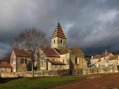Eglise et croix - Français:   L\'église de Savigny-sous-Mâlain (Côte-d\'Or).