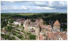 Château - Donjon de Semur-en-Auxois, encerclé par la rivière de l'Armançon.