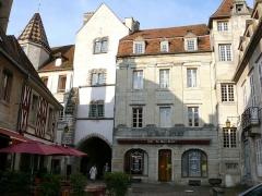 Demeure des Gouverneurs -  Semur-en-Auxois: Placette terminant la rue Buffon. Porte Sauvigny