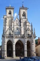 Eglise (collégiale) Notre-Dame - Façade de la collégiale Notre-Dame de Semur-en-Auxois Côte-d'Or Bourgogne-Franche-Comté