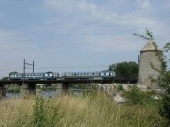 Gare d'Auxonne - English: Auxonne, Burgundy, France, La Saône, autorail X2800 sur pont ferroviaire, ligne Dijon-Dole-Besançon, et Dole-Vallorbe (Suisse)