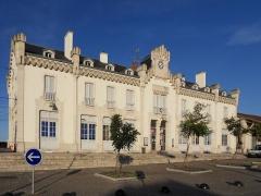 Gare d'Auxonne -  Gare d'Auxonne. Le bâtiment voyageurs et la cour voyageurs depuis la création pôle d'échanges multimodal