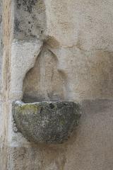 Eglise - Deutsch: Katholische Kirche Saint-Cyr-et-Sainte-Julitte in Volnay im Département Côte-d'Or (Bourgogne-Franche-Comté/Frankreich), Weihwasserbecken