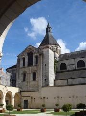 Ancien domaine prioral - Deutsch: La Charité-sur-Loire: Kreuzgang, Blick zur Kirche