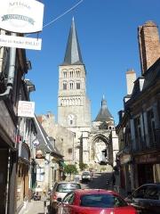 Eglise priorale Sainte-Croix - La Charité-sur-Loire: l'église prieurale Notre-Dame vue de la rue menant à la Loire