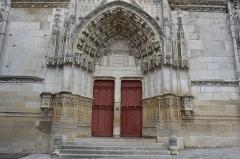 Eglise Saint-Martin (ancienne collégiale) - Nederlands: Portiek met timpaan van de Collegiale Sint-Martinus van Clamecy, Frankrijk