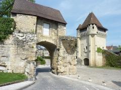 Immeuble dénommé Avant-Porte du Croux - Français:   Nevers: la Porte du Croux  et les remparts