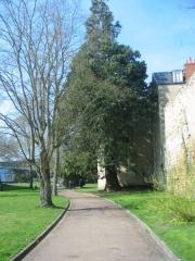 Remparts de la tour du Havre à la Loire - Français:   Ces anciens remparts, à Nevers, s\'étendent de la Loire jusqu\'à la Porte du Croux, offrant un superbe sentier de promenade.