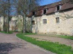 Remparts - Français:   Ces anciens remparts, à Nevers, s\'étendent de la Loire jusqu\'à la Porte du Croux, offrant un superbe sentier de promenade.