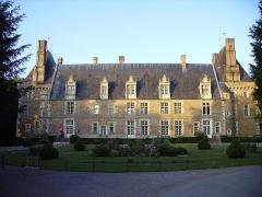 Château -  Château style Renaissance du 16e siècle. Classé MH. Il abrite un musée consacré à la céramique. Parc boisé de 10 ha.  Nièvre, Bourgogne.