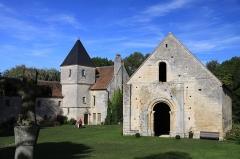 Commanderie de Villemoison - Français:   Vue d\'ensemble de la commanderie de Villemoison avec en premier plan, une croix en pierre.