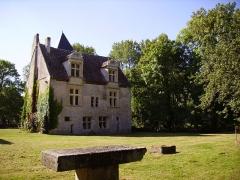 Commanderie de Villemoison - Français:   La commanderie templière de Villemoison.  Le logis du commandeur et des chevaliers, au cœur d\'un parc de 7,5 hectares.
