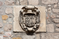 Eglise Saint-Pierre - English:  Coat of arms of prior François Rapine (17th century), on the south side.