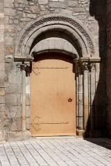 Eglise Saint-Pierre -  Le modeste porche sud est décoré d'un entrelac de rubans et de billettes