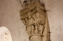 Eglise Saint-Pierre - English:  Capital of the upper part of the nave: A king holding a spectrum of the left hand and a globe in his right hand, surrounded by two courtiers.