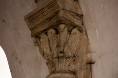Eglise Saint-Pierre - English:  Capital of the upper part of the nave: Birds blended with leaves.
