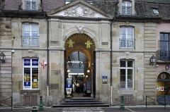 Fontaine Saint-Lazare -  Autun (Saône-et-Loire) Passage Balthus.  Passage couvert construit au milieu du XIXème siècle, à la place de la halle aux marchands forains. Il a conservé un décor néo-renaissance et la verrière d'origine.  Les anciennes halles, édifiées en 1742-1746, furent abandonnées en 1835 et transformée en passage couvert en 1848. La façade du XVIIIe siècle subsiste, tandis que la galerie présente encore des décors du XIXe siècle.  Le passage couvert été baptisé